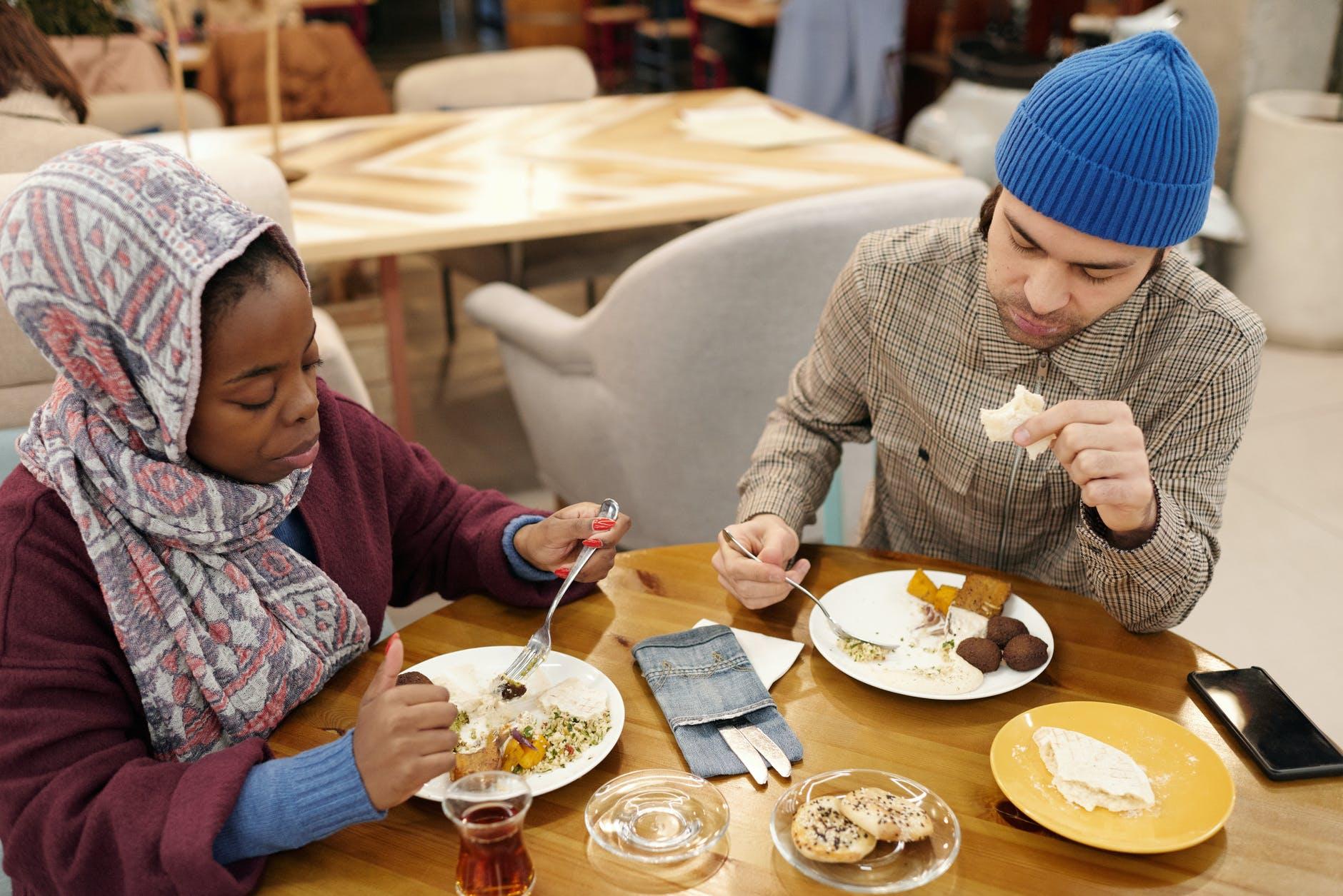 muslim couple eating in restaurant